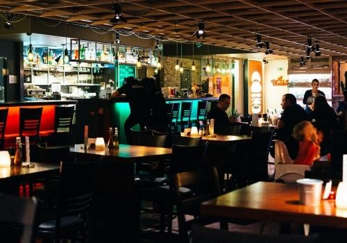 foodiesfeed.com_restaurant8217s-bar-interior