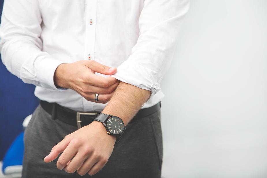 businessman-rolls-up-sleeve_925x