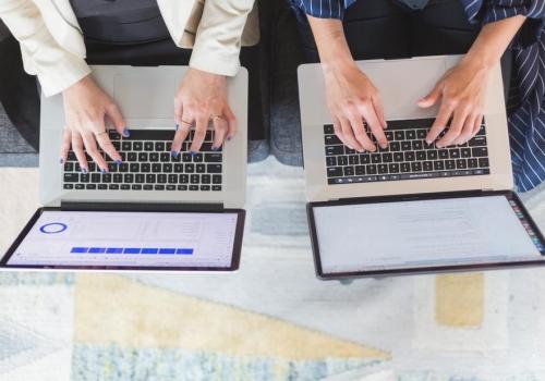 office-women-on-laptop-computers_925x